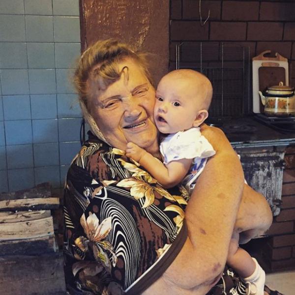 Агата рада, что бабушка увидела правнуков