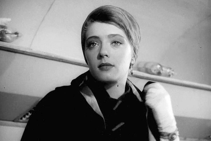 Будучи студенткой, Абрамова получила главную роль в картине «713-й просит посадку»
