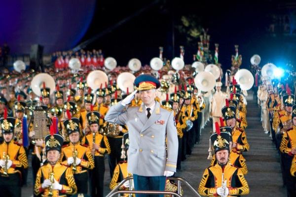 Валерий Халилов вместе с оркестром во время выступления на Красной площади