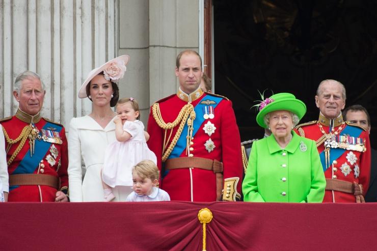 После смерти королевы на престол взойдет принц Чарльз (на фото слева).