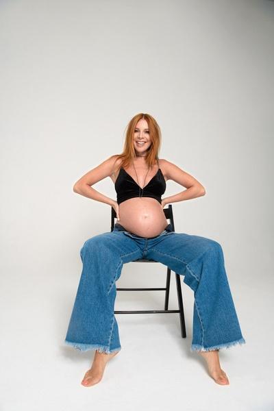 Артистка устроила беременную фотосессию на последних сроках