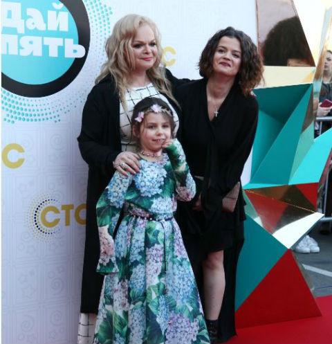 Лариса Долина с дочерью и внучкой на премии в мае этого года