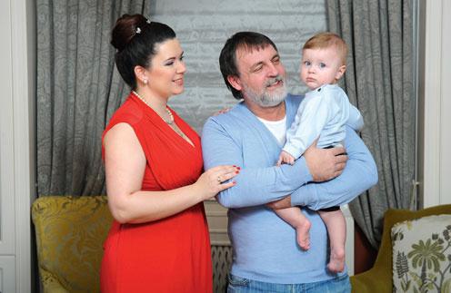 Александр Литвин: «Я в третий раз стал отцом в 51 год, все друзья завидовали». На фото – с супругой Аленой и сыном Владимиром в московской квартире
