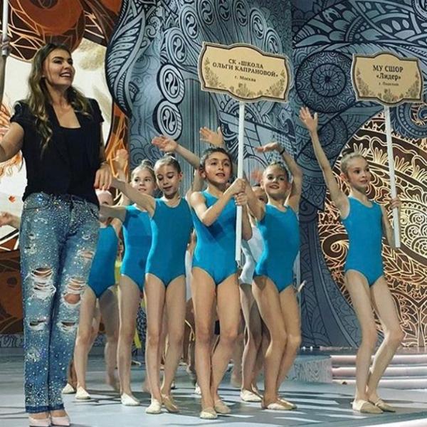 Алина Кабаева с участницами фестиваля на репетиции