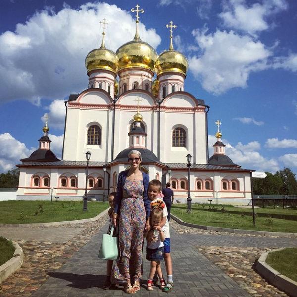 Недавний 31-й день рождения Тани встретили на Валдае. «Доехали до Иверского монастыря, там пообедали, накупались», - написала она в блоге
