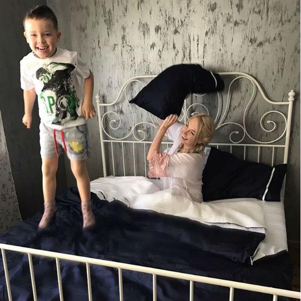 Строгий дизайн спальни Дарьи Пынзарь