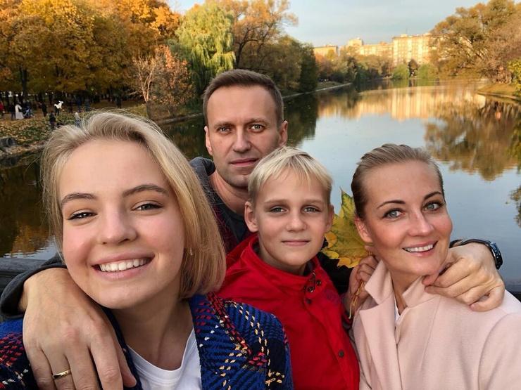Алексей с детьми и женой