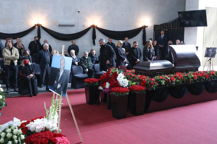 Новости: Алла Пугачева помолилась у гроба близкого друга Бориса Краснова — видео – фото №8