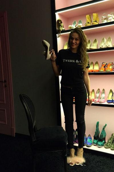 Любимые туфли Алены дополнительно освещаются в гардеробной