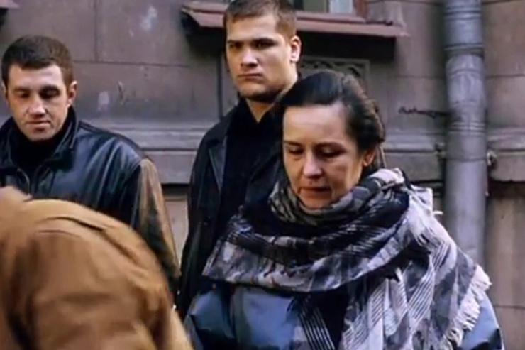 Героине актрисы не удается повлиять на ситуацию в семье, и она смиряется с обстоятельствами