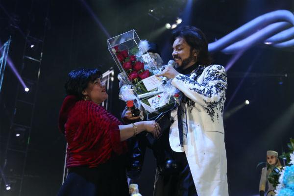 Поклонники усыпали Филиппа Киркорова цветами и подарками