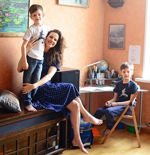 Марк и Егор во всем помогают маме: один чистит картошку, второй пылесосит