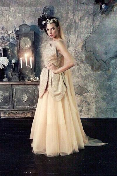 На украшение платья потрачено 50 метров сетки
