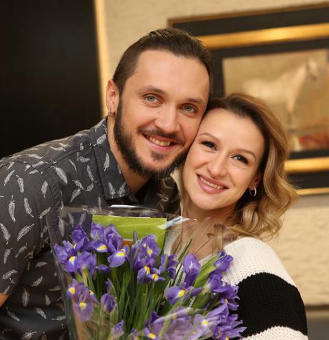 Максим Траньков и Татьяна Волосожар на выписке из роддома