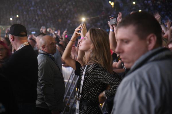 Супруга Ольга поддерживала музыканта напротив сцены