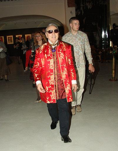 Вячеслав Михайлович, несмотря на неважное самочувствие, с удовольствие ходил по выставке и рассказывал о каждом платье