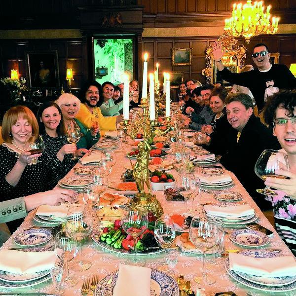 За большим столом в замке пары часто собираются их друзья и близкие