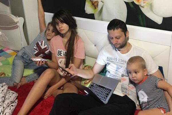 Сейчас Павленко находится в кругу семьи