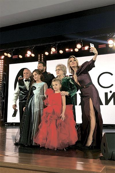 В конце праздника артист поднялся на сцену с родителями, женой и младшими дочерьми