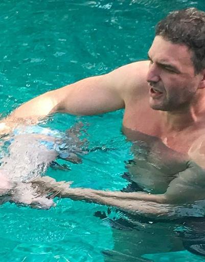 Платон уверенно чувствует себя в воде и в руках папы