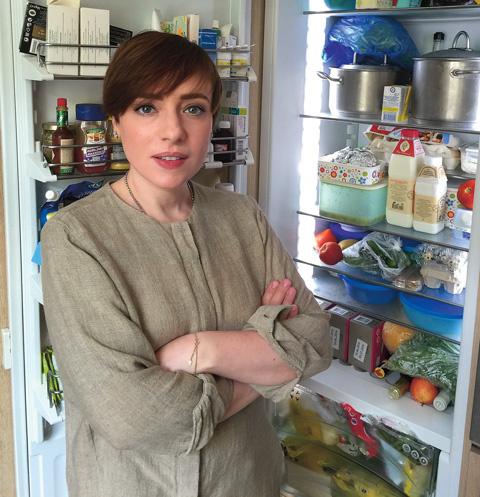 В холодильнике телеведущей можно найти и косметику, она сложена на полках в дверце