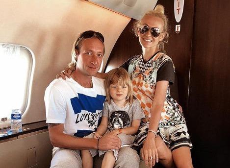 Сын Яны Рудковской и Евгения Плющенко получил травмы во время падения на льду
