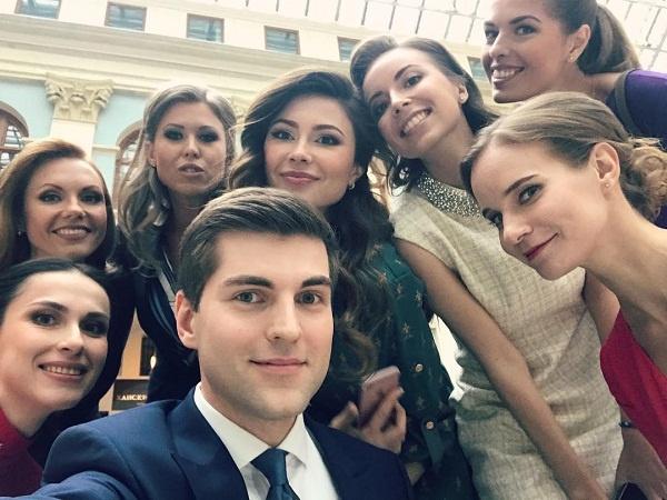 Если в блоге Дмитрия появляются девушки, то они зачастую являются его коллегами по работе
