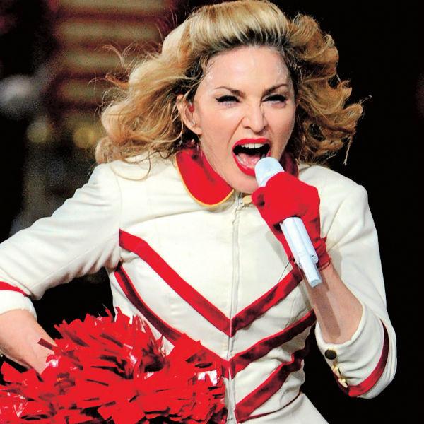 Прежде чем зайти в туалет, Мадонна отправляет туда помощника с бутылкой дезинфицирующего средства