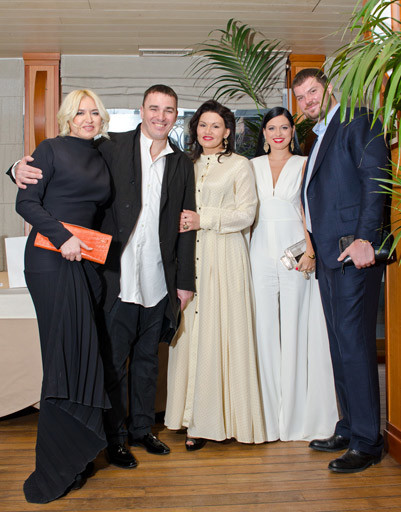 Кирилл с женой Лолой (в центре) с друзьями семьи