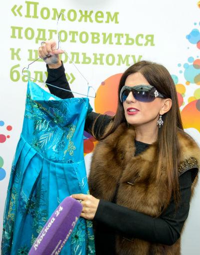 Диана Гурцкая предложила платье из зеленого атласа