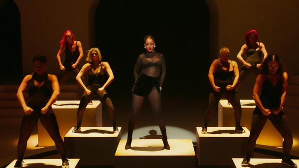 На недавней презентации коллекции Savage X Fenty Рианна вышла на подиум вместе с моделями