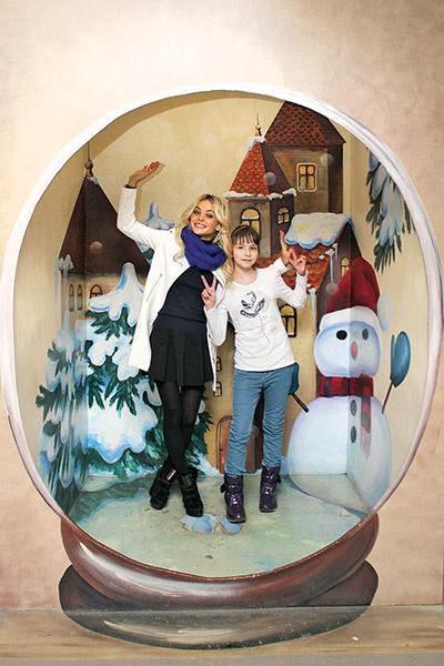 Попасть внутрь  новогодней  игрушки не  страшно, а весело,  убедила Юлю Анна  Хилькевич