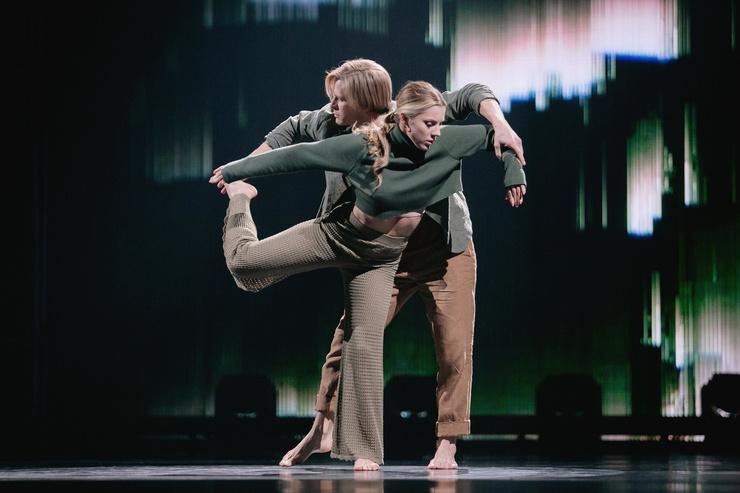 Юлиана и Дмитрий пара не только сегодня на сцене, танцовщики женаты и воспитывают 1,5-годовалого сынишку с необычным именем Итан