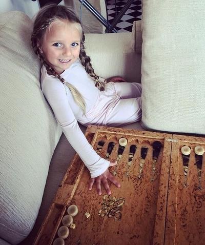 Дочь Татьяны Навки учится играть в нарды