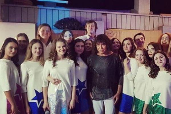 После выступления Леонтьев фотографировался с поклонниками и танцорами