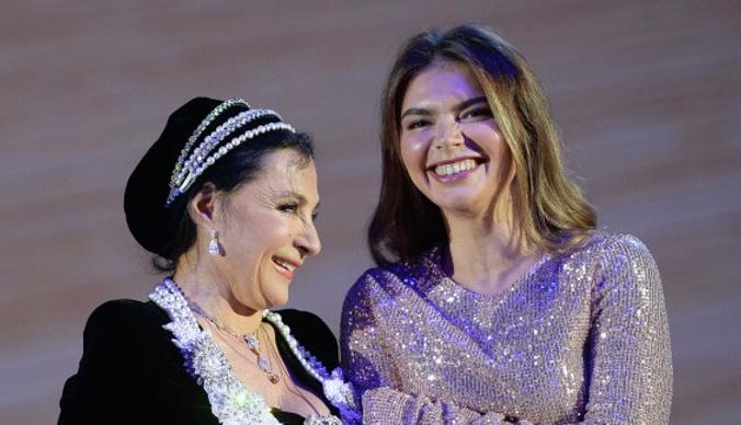 Алина Кабаева в блистательном образе поздравила Ирину Винер