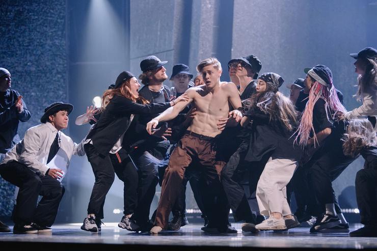 Танцор из команды Мигеля Дамьен благодарит всех зрителей за поддержку в социальных сетях
