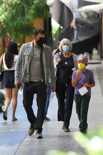 Актер пришел в салон вместе с мамой и ребенком от прошлого брака