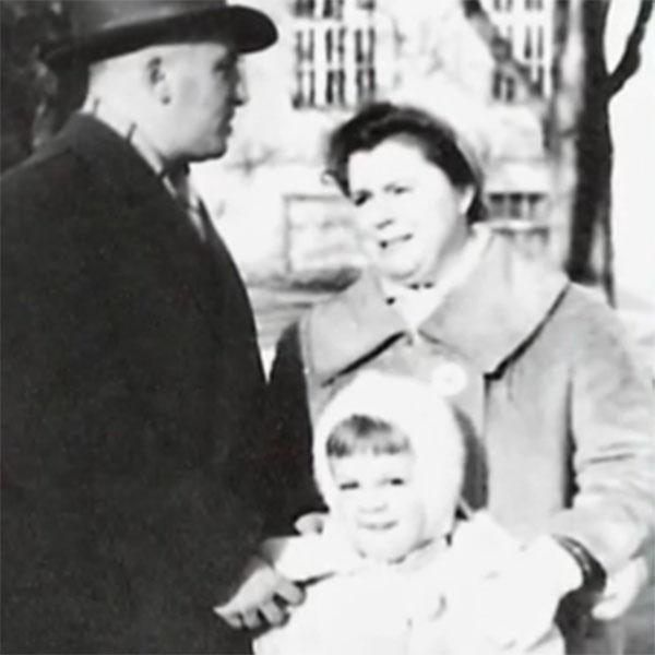 Маленькая Люба Казарновская с папой и мамой