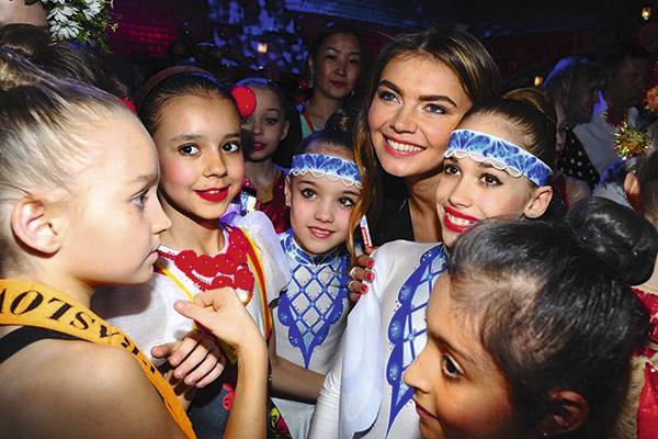 После концерта Кабаева уделила время всем спортсменкам-участницам