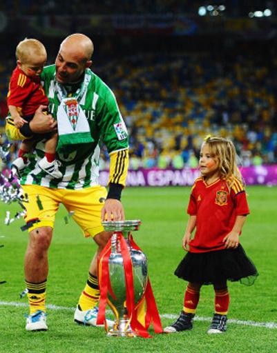 Пепе Рейна с сыном Лукой и дечерьми своих друзей по команде