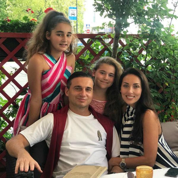 Алсу с мужем и дочерями