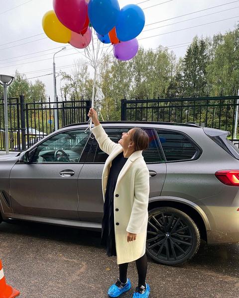 Алексей встретил жену с цветами и шариками