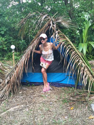 В таких палатках, накрытых пальмовыми листьями, будут жить участники