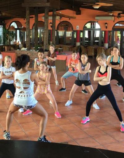 Участники студии «Непоседы» русские и испанские дети на танцевальном занятии