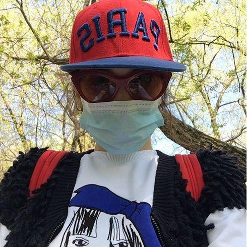 Певица маскируется не от фанатов, а от весенних аллергенов