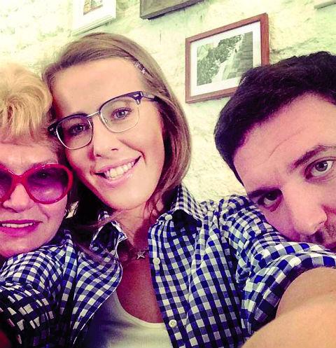 Мама Ксении Людмила Нарусова часто приезжает в гости к дочери и зятю и нянчится с внуком