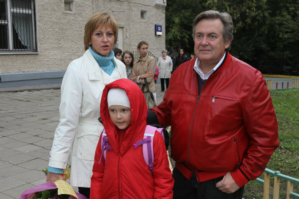 Юрий с женой и младшей дочерью