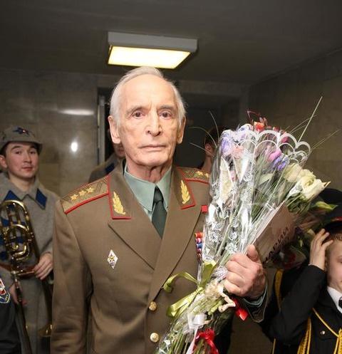 Василий Лановой впервые вышел в свет после проблем со здоровьем