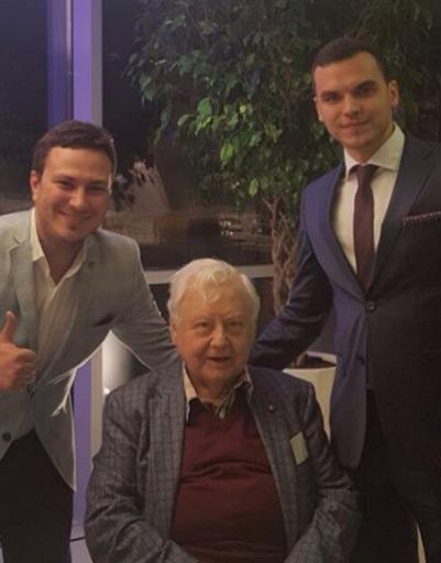 Олег Табаков с актерами театра